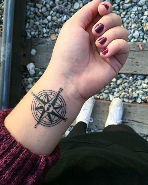 Татуировка с компасом на запястье