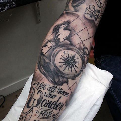 Сюжетная татуировка с компасом