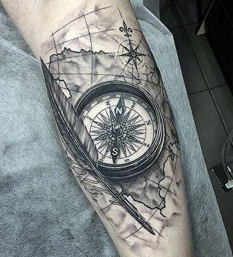 Тату компас на ноге