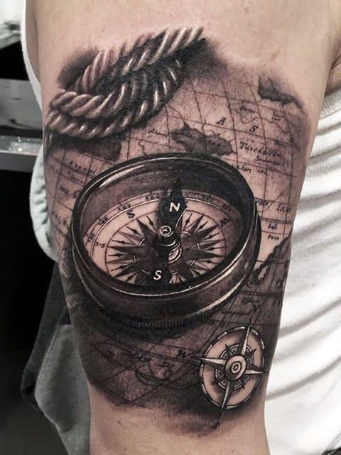 Тату компас на плече