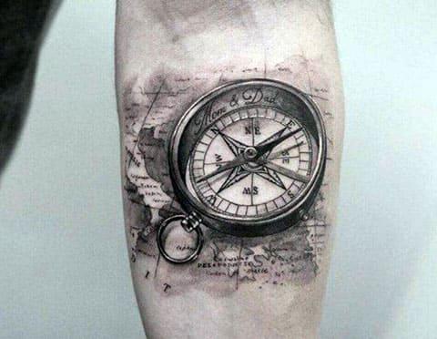Татуировка компас на руке у мужчины