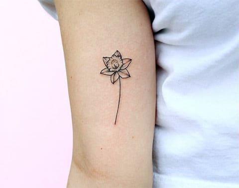 Маленькая татуировка с нарциссами