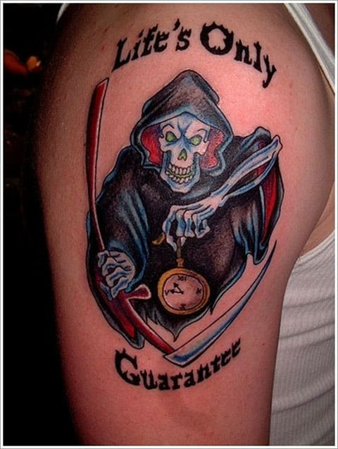 Татуировка смерть с косой на плече