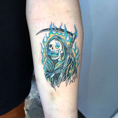 Татуировка смерть с косой на предплечье