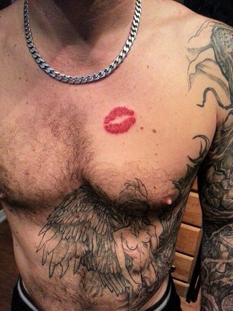 Тату поцелуй у мужчины
