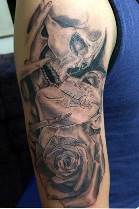Татуировка поцелуй на руке
