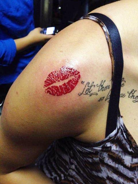 Тату поцелуй на плече у девушки