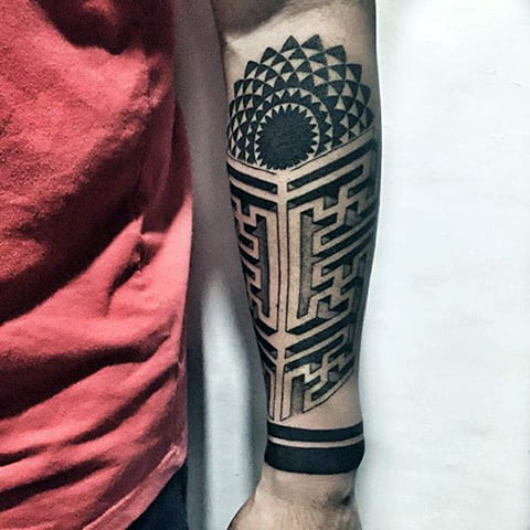 Татуировка с лабиринтом на руке - фото