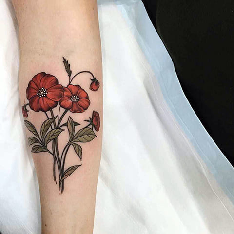 Татуировка маков на руке у девушки - фото