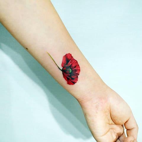 Татуировка мак на запястье