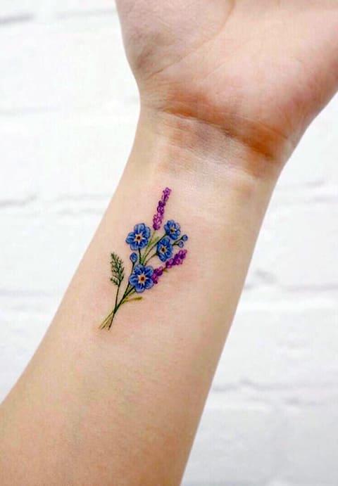 Татуировка фиалки на запястье