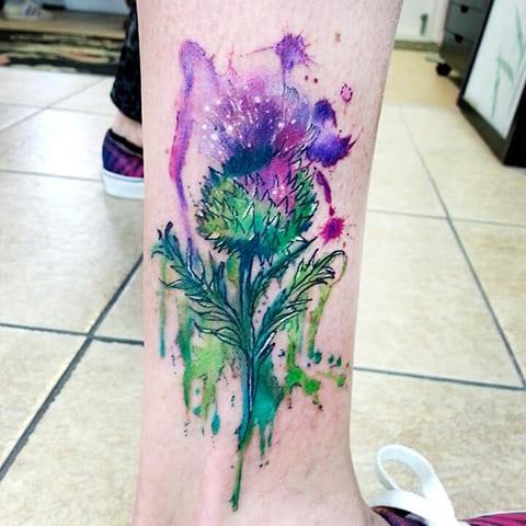 Татуировка чертополох на ноге