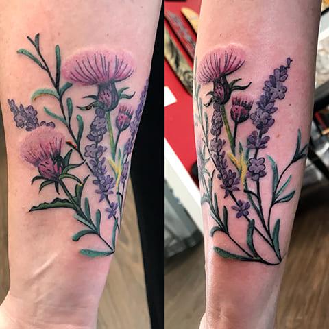 Татуировка чертополох на руке