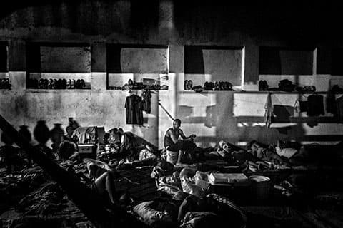 Наркоманы и те, кто нарушает неписаные правила, введенные заключенными, которых контролирует Vista Hermosa, живут в данном районе, известном как La Guerrilla