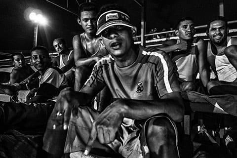Заключенные собираются на спортивных площадках читать реп