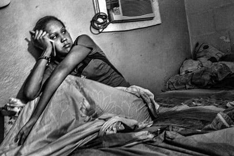 Жена заключенного в своей комнате во время посещения в выходной день