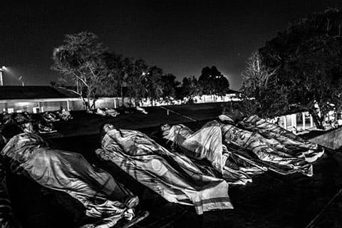 Заключенные спят на крышах тюрьмы. Тюрьма Vista Hermosa была рассчитана на 650 заключенных, но в настоящее время тут проживает более чем 1400 человек