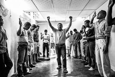 Заключенные могут свободно исповедовать свою религию в тюрьме. В большинстве тюрем есть часовня, а христианства играет важную роль в жизни уголовного общества