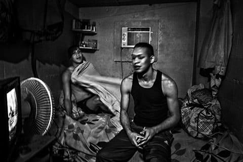 Отдельный домик с кроватями, крышей, кондиционером и телевизором. Такие услуги доступны этим мужчинам, потому что они заплатили руководству тюрьмы около 10 $ каждый