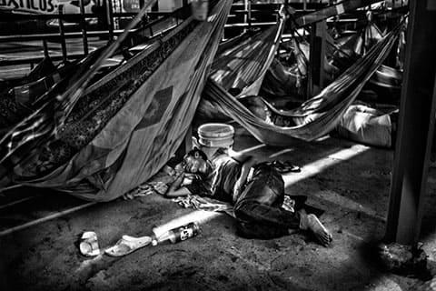 Заключенные вынуждены спать на любом свободном месте в тюрьме из-за переполнения