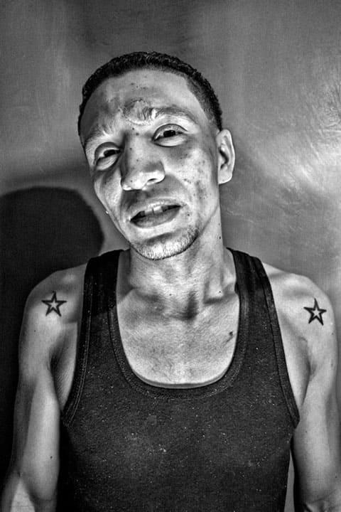 Портрет заключенного. За годы в тюрьме у него появилось много шрамов и татуировок