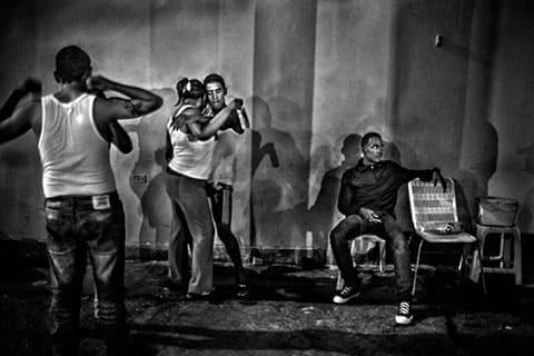 Арестанты танцуют с девушками во время посещений в выходные дни. На заднем плане, вооруженный член тюремного правления охраняет их