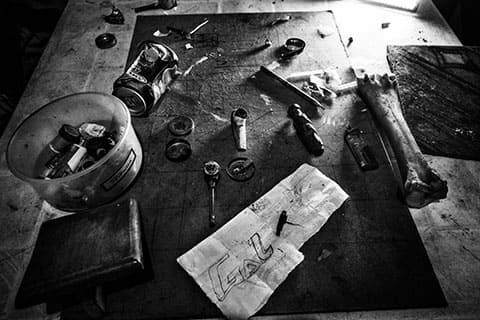 Заключенные делают самодельные трубки для курения из всевозможных подручных материалов