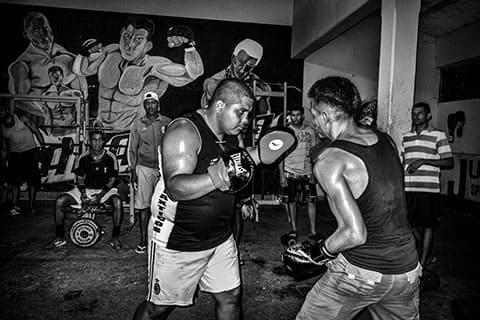 Уилмер Бризуэла учит другого заключенного боксу в тренажерном зале тюрьмы