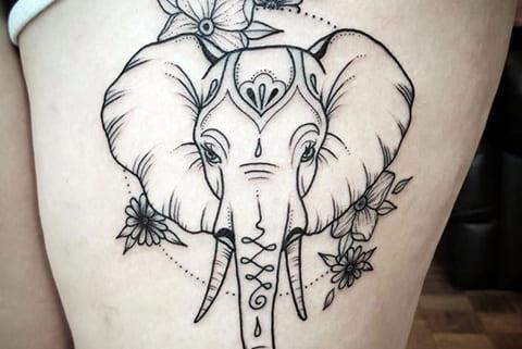 Тату слон на бедре у девушки