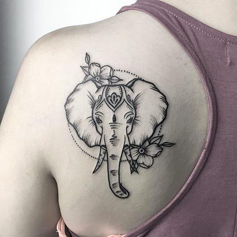 Тату слон на лопатке