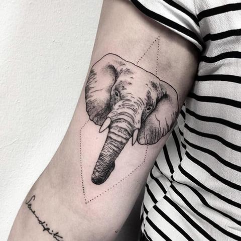 Тату слон в стиле геометрия на руке