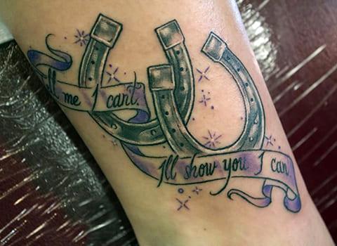 Татуировка с двумя подковами
