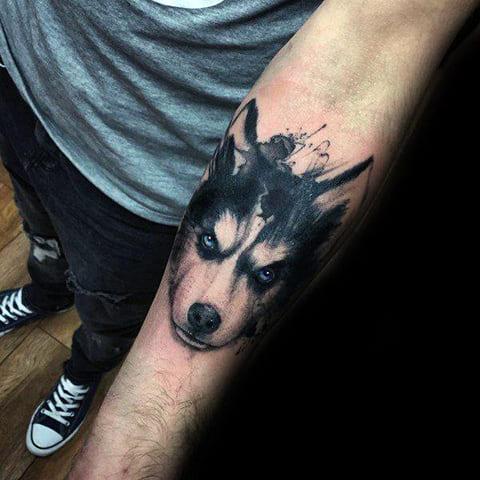 Татуировка хаски на руке
