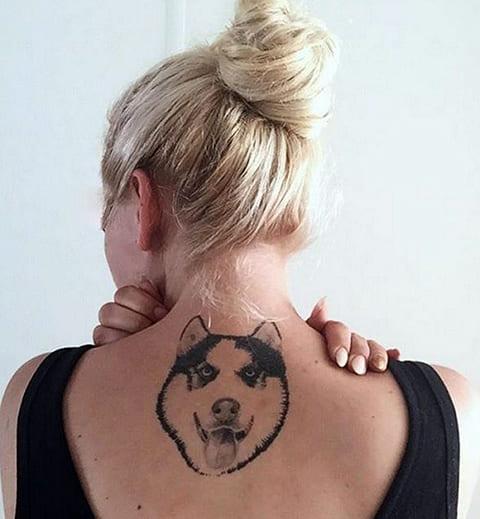 Татуировка хаски на спине у девушки