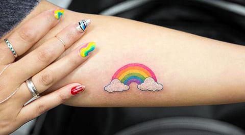 Тату радуга на руке у девушки