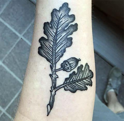 Тату листья дуба на руке - фото