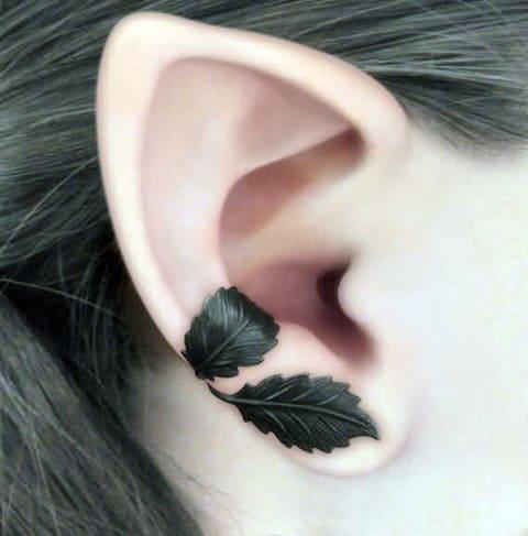 Татуировка с листьями дуба на ухе