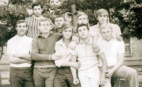 Первый ряд слева: Толя Филенков с Вахитово, Антип (Сергей Антипов), Витя Захаров с Газовой, Валерий Степин, Женя Борин. Второй ряд слева: Фарит Музафаров, Мусик, Володя Богомолов, 1965 год