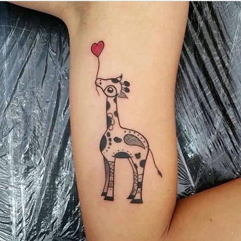 Тату с жирафом на руке
