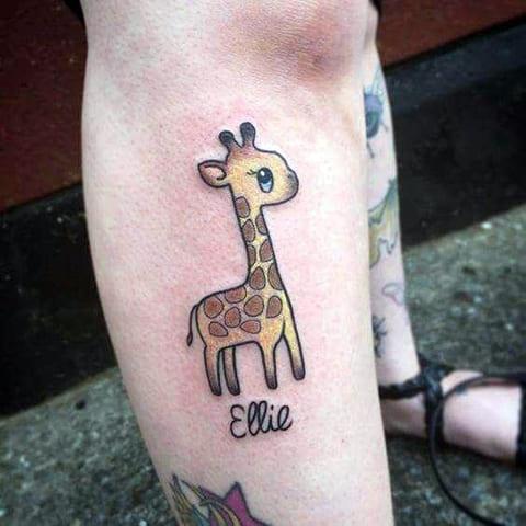 Тату маленький жираф на ноге