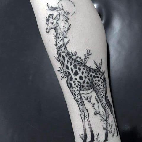 Татуировка жираф на ноге