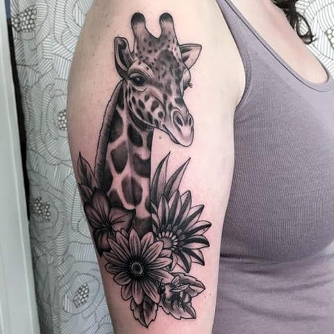 Тату жираф на плече у девушки