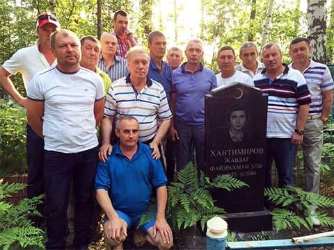 У могилы Хантимирова
