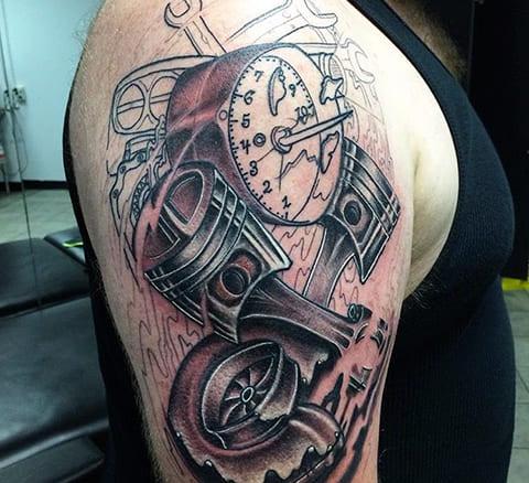 Татуировка с поршнями на плече