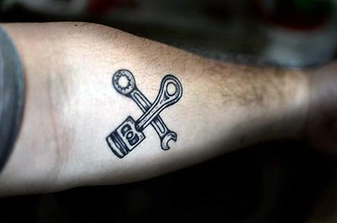 Тату поршень и гаечный ключ