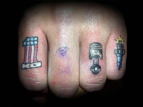 Татуировка поршень на пальце