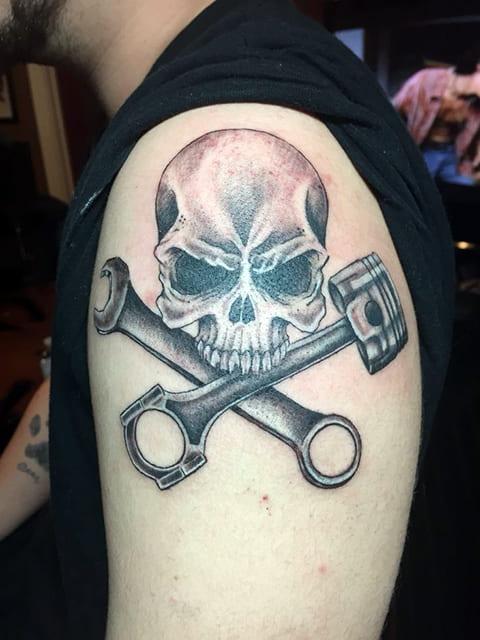 Тату поршень, череп и гаечный ключ