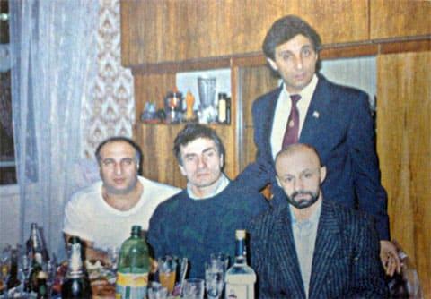 На переднем плане слева: Джиба, Пуля, Рыбка. На заднем плане брат Джибы