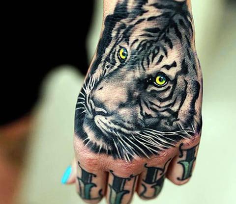 Тату тигр на кисти руки