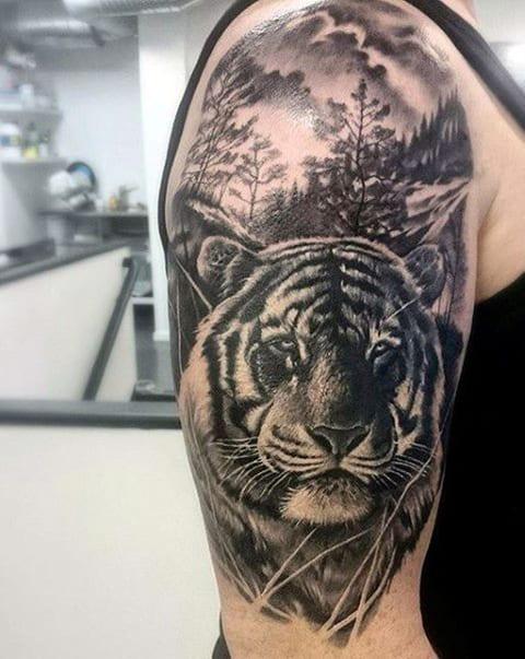 Тату тигра в лесу